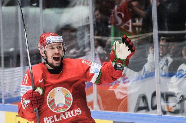 Нападаюший сборной Белоруссии Александр Павлович радуется заброшенной шайбе