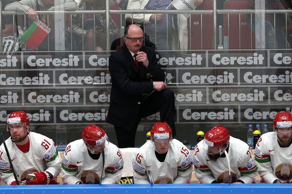 Главный тренер сборной Белоруссии Дэйв Льюис (в центре на втором плане)