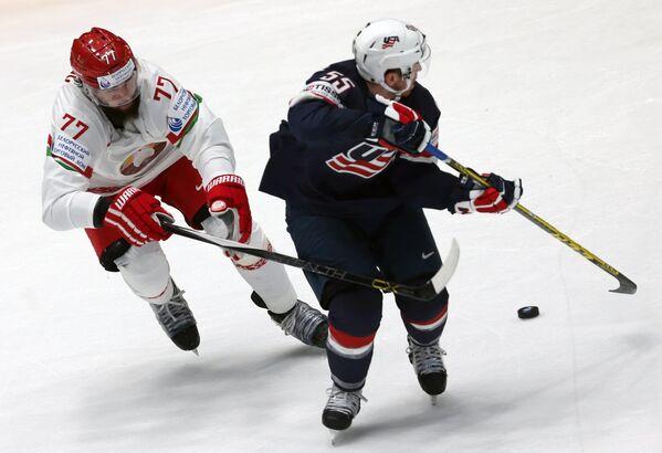 Форвард сборной Белоруссии Александр Китаров (слева) и защитник сборной США Давид Варсовски