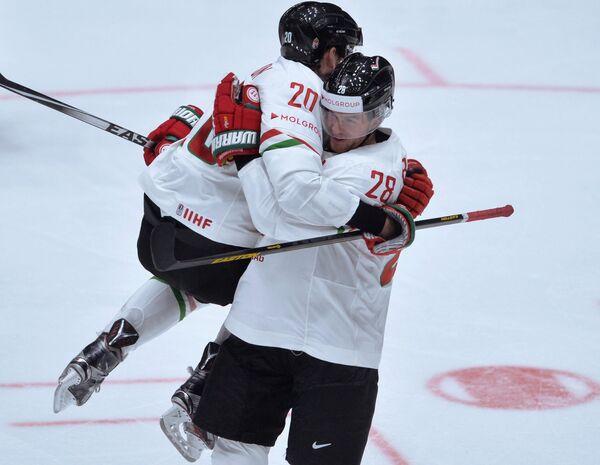 Хоккеисты сборной Венгрии Иштван Шофрон и Иштван Барталиш