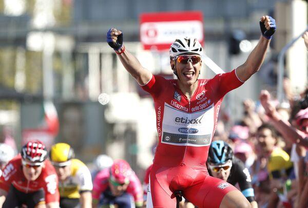 Немецкий велогонщик команды Etixx — Quick Step Марсель Киттель на финише третьего этапа Джиро д'Италия