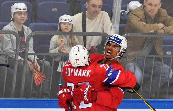 Хоккеисты сборной Норвегии Мартин Рёймарк (слева) и Андреас Мартинсен