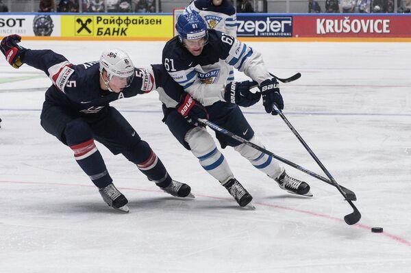 Форврад сборной Финляндии Александр Барков (справа) и защитник сборной США Коннор Мёрфи