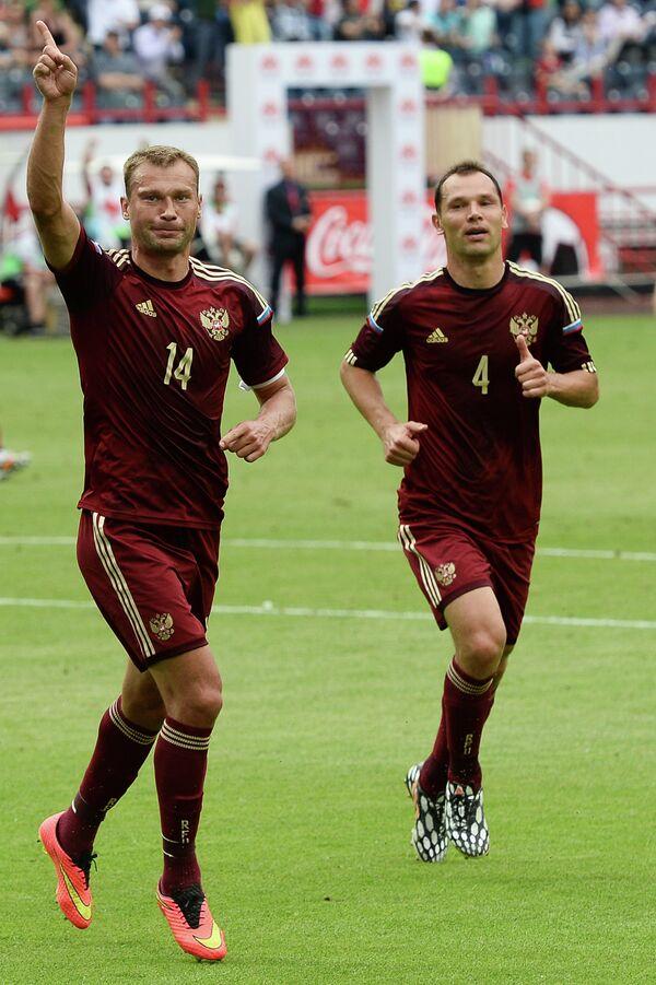 Футболисты сборной России Василий Березуцкий (слева) и Сергей Игнашевич