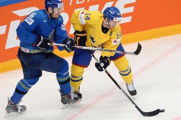 Защитник сборной Казахстана Александр Липин и форвард сборной Швеции Густав Нюквист (справа)