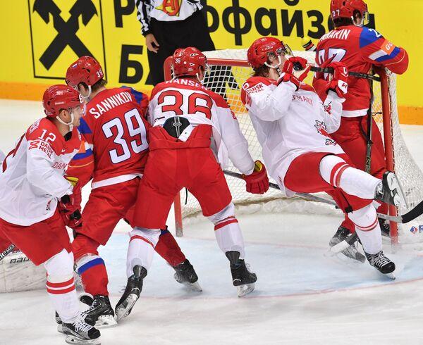 Игровой момент матча Россия - Дания