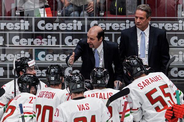 Главный тренер сборной Венгрии Рич Черномаз (в центре)