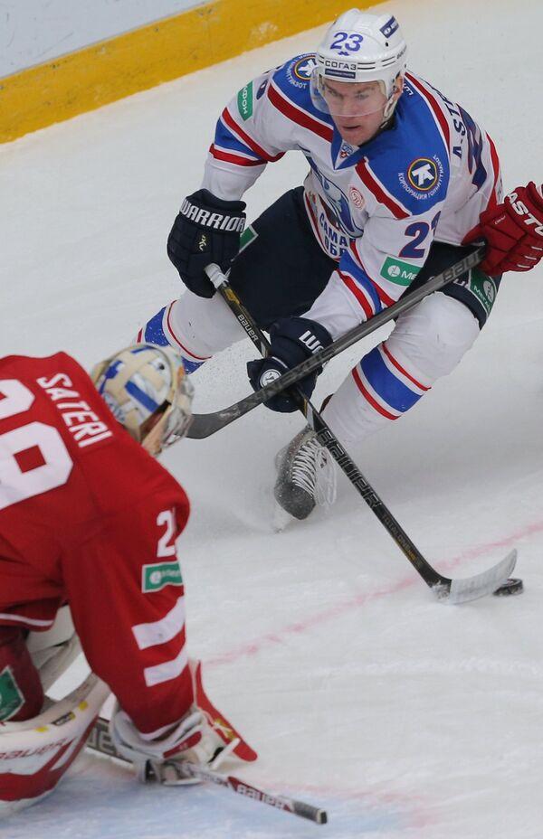 Александр Стрельцов (справа)