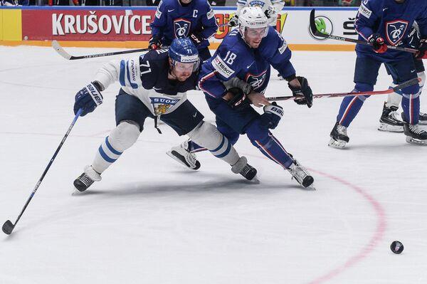 Форвард сборной Финляндии Лео Комаров (слева) и защитник сборной Франции Йоанн Овитю