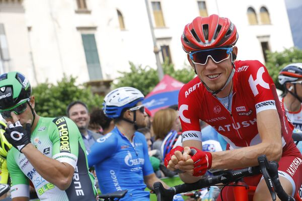 Российский велогонщик Ильнур Закарин из команды Катюша (справа)