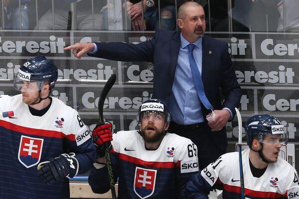 Главный тренер сборной Словакии Здено Цигер (на втором плане)
