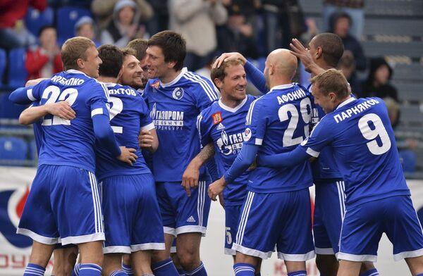 Футболисты Газовика радуются забитому голу