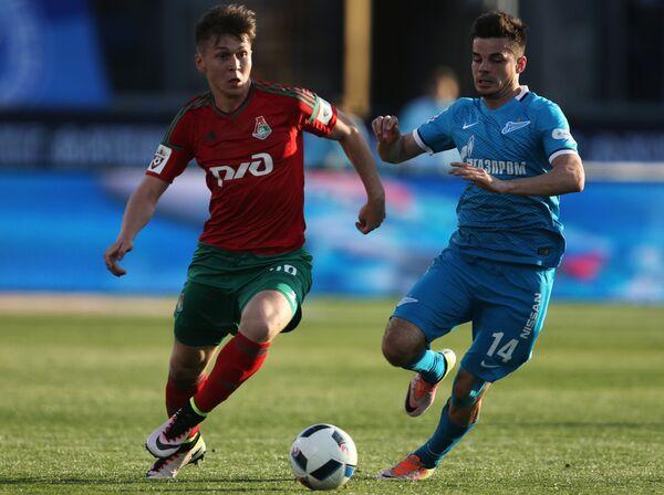 Нападающий Локомотива Рифат Жемалетдинов (слева) и полузащитник Зенита Артур Юсупов
