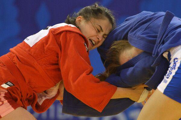 Кристина Храмцова (Россия) (слева) и Даниэла Пороинэну (Румыния)