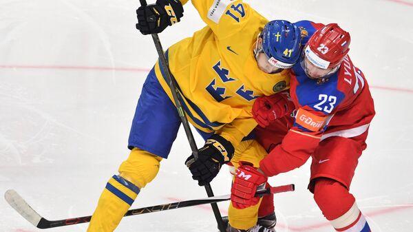 Форвард сборной Швеции Александер Веннберг (слева) и нападающий сборной России Роман Любимов