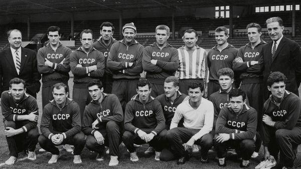 Футболисты сборной СССР и главный тренер Константин Бесков перед стартом ЧЕ-1064