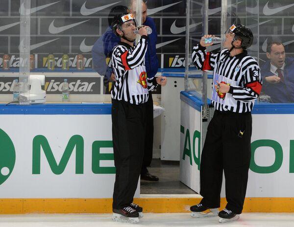 Главные судьи Линус Элунд и Тобиас Верли во время матча Чехия - США