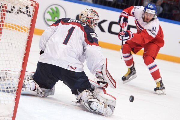 Вратарь сборной США Кейт Кинкейд и нападающий сборной Чехии Томаш Филиппи (справа)