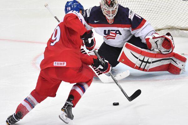 Вратарь сборной США Кейт Кинкейд (справа) и форвард сборной Чехии Томаш Зогорна