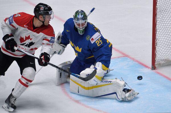 Форвард сборной Канады Тейлор Холл и вратарь сборной Швеции Якоб Маркстрём (справа)