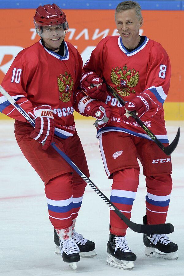 Хоккеисты сборной России Павел Буре (слева) и Игорь Ларионов