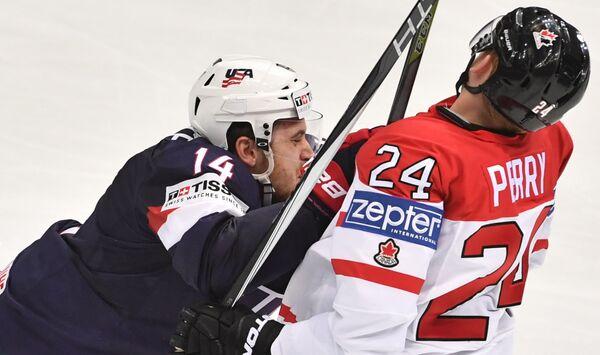 Форвард сборной США Тайлер Мотт (слева) и нападающий сборной Канады Кори Перри
