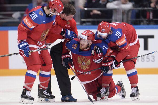 Форвард сборной России Иван Телегин (второй справа)