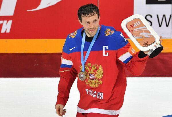 Капитан сборной России Павел Дацюк с кубком за третье место на чемпионате мира по хоккею