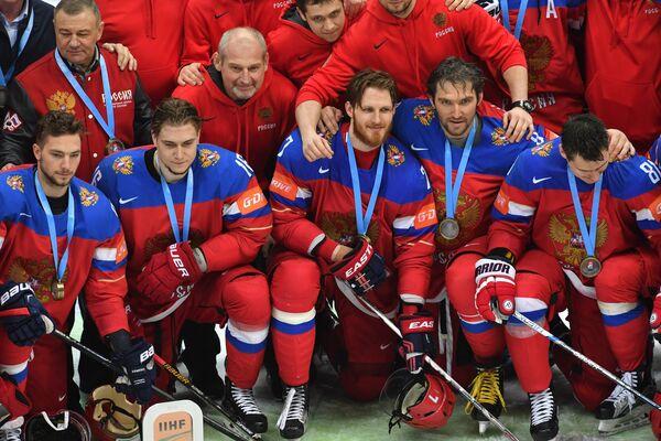 Игроки сборной России с кубком за третье место на чемпионате мира по хоккею