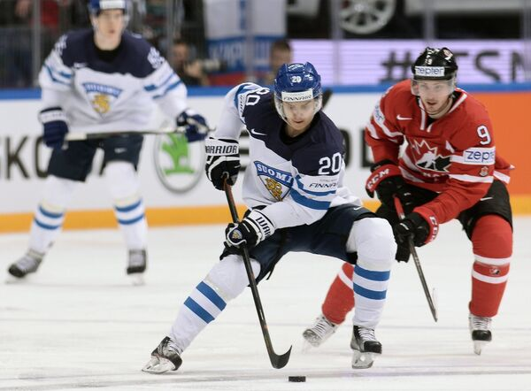 Форвард сборной Финляндии Себастьян Ахо (слева) и нападающий сборной Канады Мэтт Дюшен