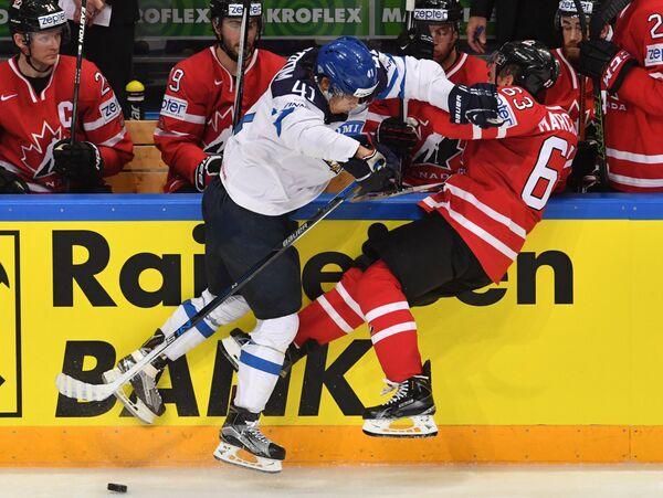 Форвард сборной Финляндии Антти Пильстрём (слева) и нападающий сборной Канады Брэд Маршан