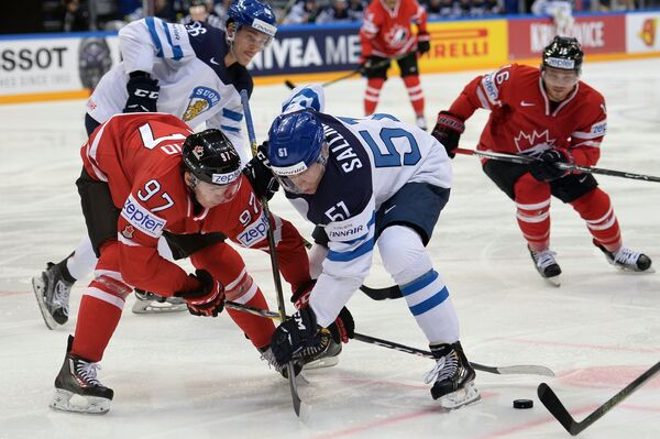 Форвард сборной Канады Коннор Макдэвид (слева) и нападающий сборной Финляндии Томи Саллинен