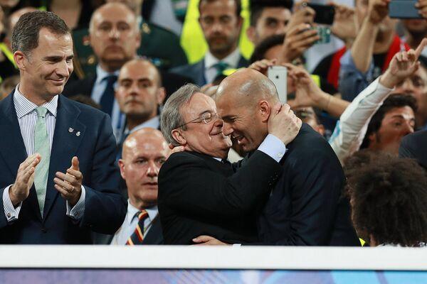 Главный тренер ФК Реал Зинедин Зидан (справа) принимает поздравления от президента клуба Реал Мадрид Флорентино Переса (в центре)