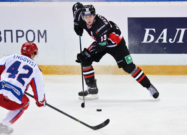 Игрок ЦСКА Андреас Энгквист (слева) и игрок Авангарда Кирилл Рассказов