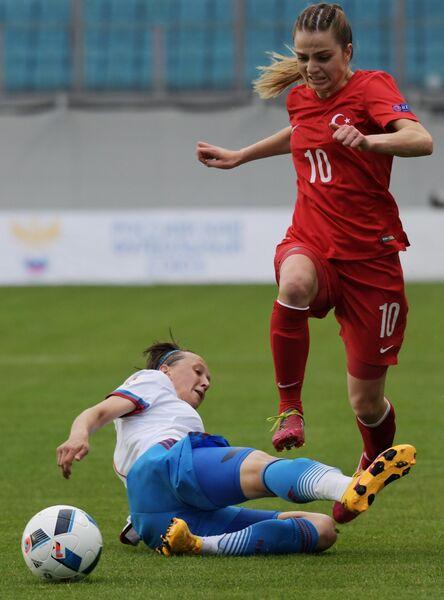 Защитник сборной России Екатерина Дмитриенко (слева) и форвард сборной Турции Мелике Пекел