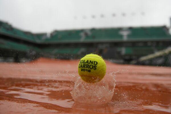 Теннисный мяч во время Ролан Гаррос на центральном корте имени Филиппа Шатрие