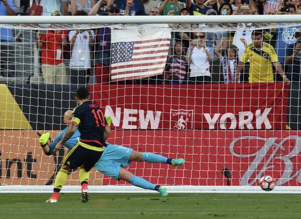 Форвард сборной Колумбии Хамес Родригес реализует пенальти в матче со сборной США