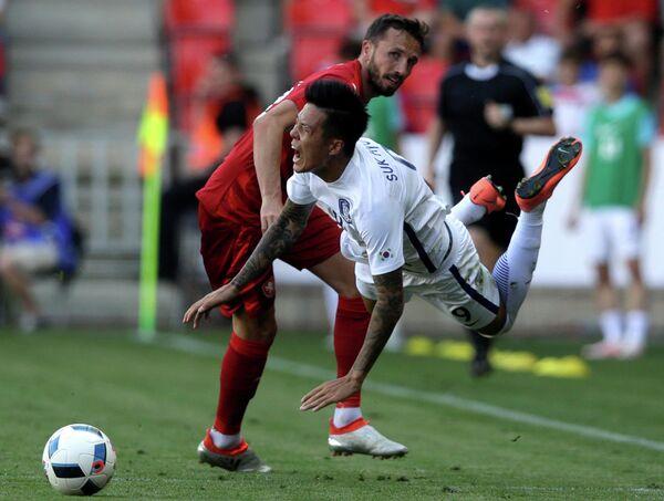 Защитник сборной Чехии Томаш Сивок и нападающий сборной Кореии Сок Хён Джун (слева направо)