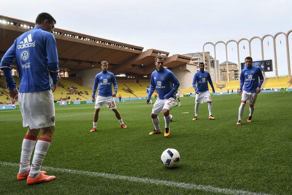 Игроки сборной России по футболу Павел Мамаев, Александр Самедов, Роман Шишкин, Дмитрий Комбаров (справа налево)