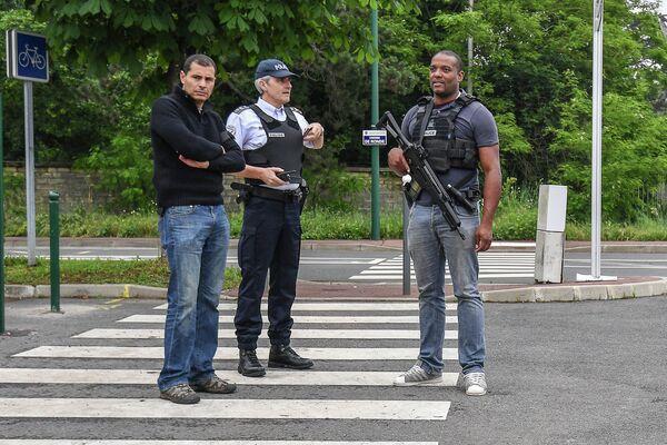 Вооруженная охрана возле тренировочного поля стадиона Омниспорт в городе Круасси-сюр-Сен во Франции