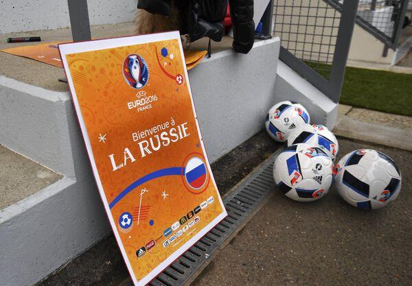 Плакат с надписью Добро пожаловать в Россию возле тренировочного поля стадиона Омниспорт в городе Круасси-сюр-Сен во Франции
