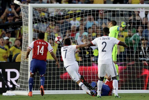 Игровой момент матча Колумбия - Парагвай