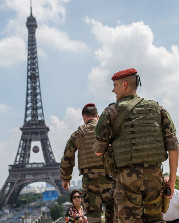 Военнослужащие войск национальной системы Франции тревожного оповещения об уровне террористической угрозы Вижипират