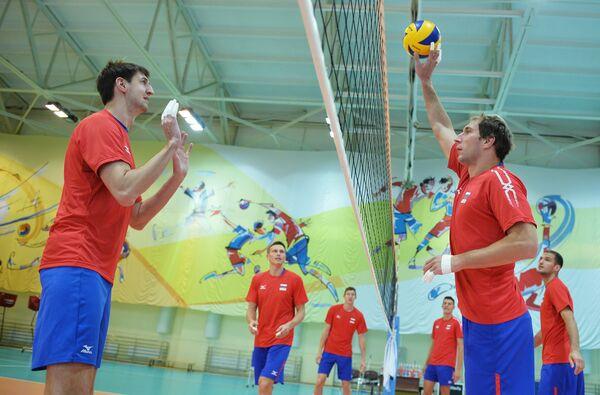 Волейболисты мужской сборной России Артем Вольвич (слева) и Андрей Ащев (справа)