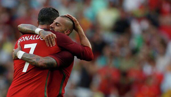 Футболисты сборной Португалии Криштиану Роналду (слева) и Рикарду Куарежма