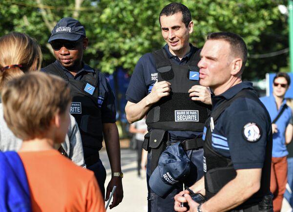 Сотрудники полиции в фан-зоне чемпионата Европы по футболу перед Эйфелевой башней в Париже