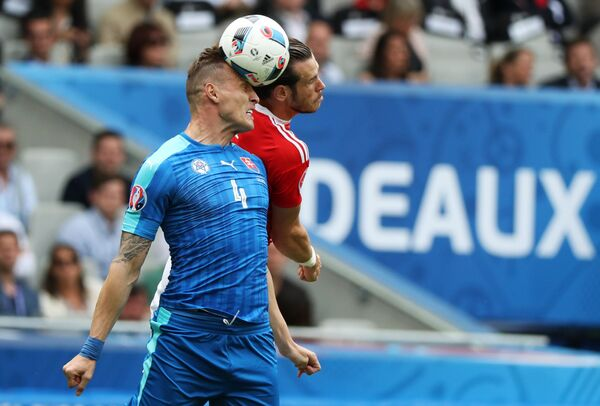 Защитник сборной Словакии Ян Дюрица и нападающий сборной Уэльса Гарет Бейл (слева направо)