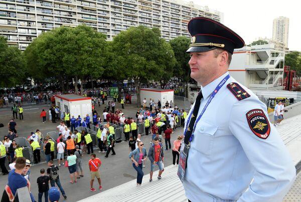Сотрудник МВД РФ у стадиона Велодром