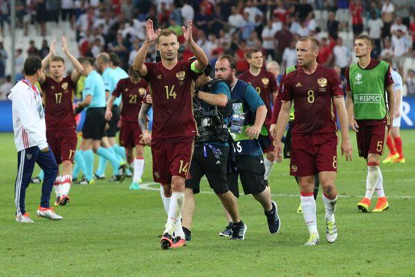 Игроки сборной России Василий Березуцкий (в центре) и Денис Глушаков