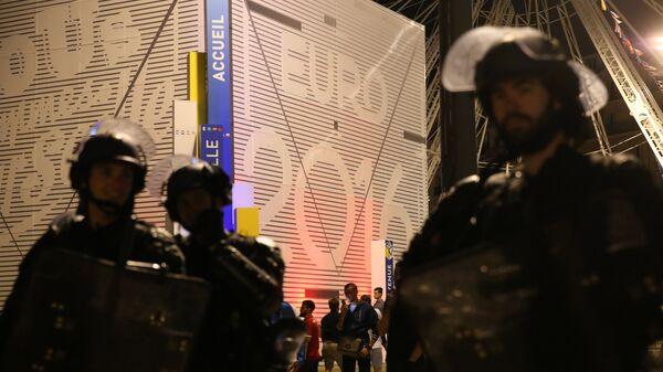 Полицейские во время беспорядков на одной из улиц Марселя